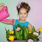 девочка поливает комнатные растения в детской