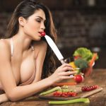 девушка ест с ножа